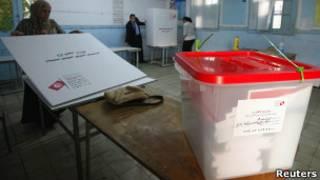 Posto de votação na Tunísia (Reuters)