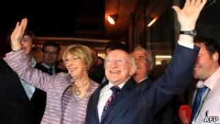 Майкл Хиггинс празднует свою победу на президентских выборах в Ирландии