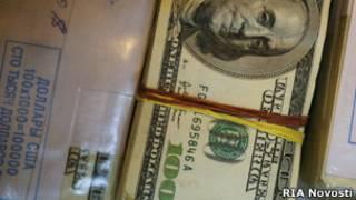 Пачки долларовых купюр