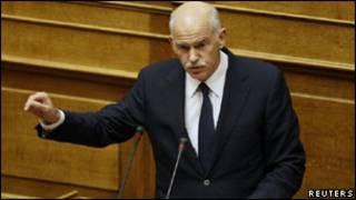 Premiê grego, George Papandreou, faz discurso no Parlamento grego (Foto: Reuters)