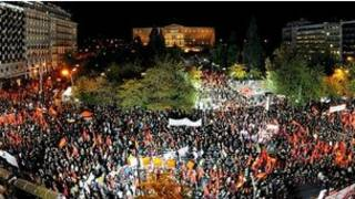 Người dân Hy Lạp đang tụ tập trước trụ sở Quốc hội