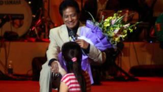 Ca sỹ Chế Linh nhận hoa người hâm mộ Hà Nội