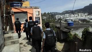 Policiais no morro da Mangueira. Foto: Reuters