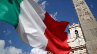 Bandeira italiana é hasteada fora da Câmara baixa italiana, onde o pacote foi debatido (Foto: Reuters)