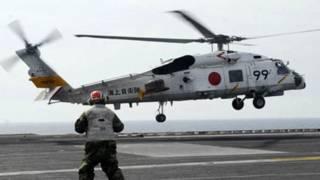 Hàng không mẫu hạm USS Ronald Reagan tại Thái Bình Dương đón trực thăng của Nhật hạ cánh