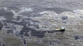 Mancha de óleo nos arredores do vazamento do Campo de Frade, em foto do dia 18 (Reuters)