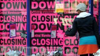 Britânica em frente a loja em liquidação antes de fechamento