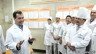 Президент России Дмитрий Медведев беседует с персоналом во время посещения Республиканской клинической больницы (РКБ) им.Г.Г.Куватова.