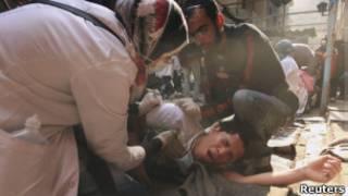 Ferido é tratado em rua do Cairo, após confrontos na última quarta-feira (Reuters)