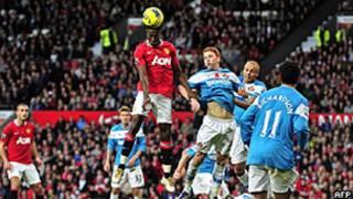 Danny Welbeck cabeceia bola pelo Manchester United contra o Sunderland (AFP)