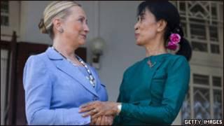 Ngoại trưởng Hillary Clinton và lãnh tụ Liên đoàn Quốc gia vì Dân chủ, San Suu Kyi