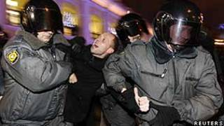 Polícia deteve ativistas de oposição durante um protesto em São Petersburgo, neste domingo (Reuters)