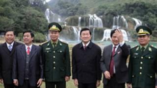 Phái đoàn của ông Trương Tấn Sang trước thác Bản Giốc