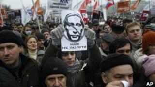 """Một người biểu tình mang chân dung của ông Putin với câu """"Chúng ta đi khác đường"""" tại cuộc biểu tình hôm 10/12 ở Moscow"""