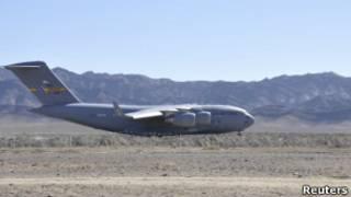 """Американский транспортный самолет на авиабазе """"Шамси"""""""