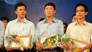 Nhà báo Hoàng Khương nhận giải thưởng cho các nhà báo xuất sắc