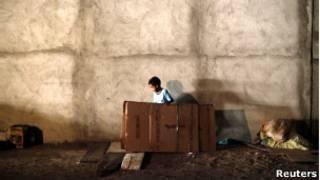 Menino sem-teto no Brasil (Foto: Reuters)