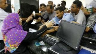 Corrida a banco líbio em sua reabertura, em agosto (Foto: AP)