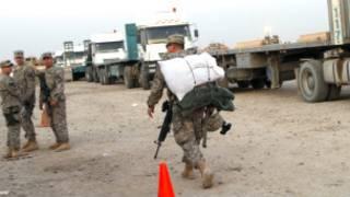 Soldado americano carrega mantimentos durante retirada do Iraque (AP)