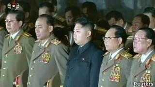 Ким Чен Ын и другие руководители КНДР. Чан Сон Тхэк - крайний слева (25 декабря 2011 года)