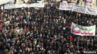 Manifestantes protestam contra o governo sírio em Binsh, no dia 30 de dezembro.   Foto: Reuters