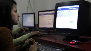 Wata matashiya na amfani da internet a India.