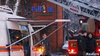 Пожарные на месте взрыва в ресторане Il Pittore (9 января 2011 года)