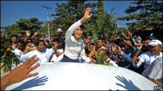 Bà Aung San Suu Kyi vẫy chào các ủng hộ viên