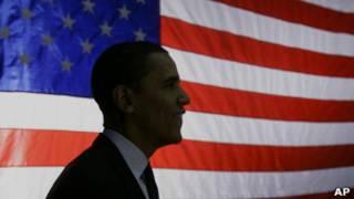 Barack Obama frente a bandera de EE.UU.