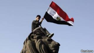 Manifestante com bandeira egípcia na praça Tahrir (Reuters)