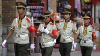 Cảnh sát Trung Quốc trên đường phố Tân Cương