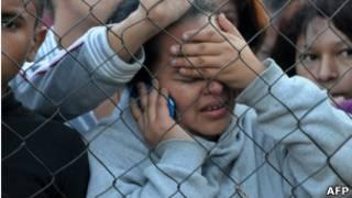 Một người thân của phạm nhân chờ đợi tin tức ở bên ngoài nhà tù ở Comayagua