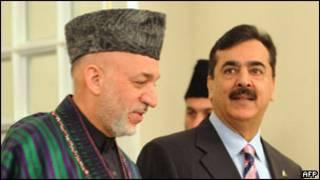 Prezida Hamid Karzai (i bubamfu) n'umushikiranganji wa mbere wa Pakistani, Yusuf Raza Jilani