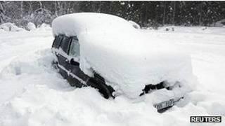 Carro que ficou preso na neve na Suécia (Reuters)