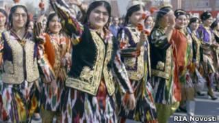 Таджики в национальной одежде