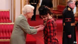 女王給海倫娜·伯南·卡特授勛