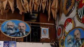 Cửa hàng bán cờ và ảnh các lãnh tụ cộng sản ở Việt Nam