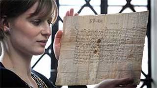 Katie Taylor e um dos documentos encontrados em Dunham Masseu (Foto: National Trust)