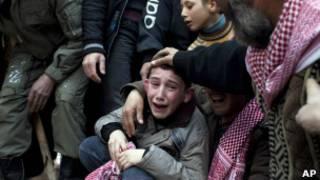 Menino chora a morte do pai em Idlib, na Síria.   Foto: AP