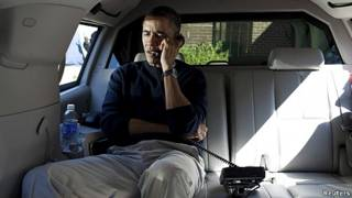 presidente Barack Obama habla por teléfono con Hamid Karzai