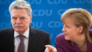 يواخيم غاوك والمستشارة الألمانية انجيلا ميركل