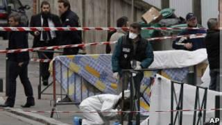 Investigadores diante de escola em Toulouse (AP)