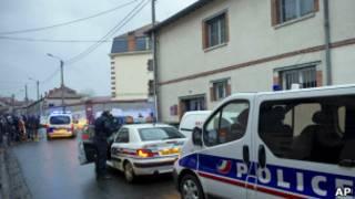 Carros da polícia perto da casa do suspeito em Toulouse