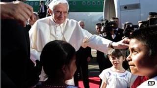 Папа Римский разговаривает с людьми