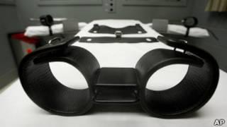 Кушетка с наручниками и ножными кандалами