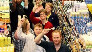 Cash mob en una tienda de productos orgánicos en Lakewood, Ohio.