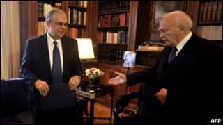باباديموس(يسار) مع الرئيس اليوناني