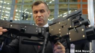 Рашид Нургалиев на выставке оружия