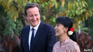 Bà Aung Sang Suu Kyi (phải) và Thủ tướng Anh David Cameron