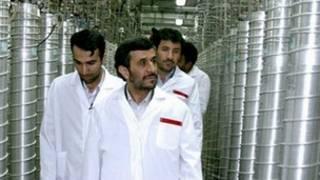 Shugaba Ahmadinejad yana ziyarar wata masana'antar nulkiya